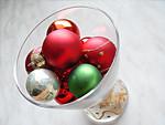 Egyszerű karácsonyi dekoráció készítése díszekből és üvegpohárból